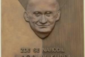 Jaroslav Kursa a jeho pamětní deska vBlovicích.