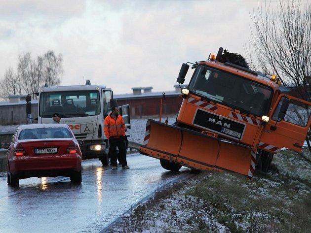 Ledovka mezi Plzní a Vejprnicemi. Nehoda zablokovoala také tah z Vejprnic na Novou Hospodu, kde mimo silnici skončil i silničářský vůz