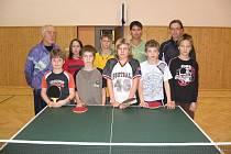 Zájemci o stolní tenis v Blatnici se svými trenéry před nedělním tréninkem