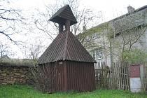 Drobná dřevěná zvonička stojící mezi severoplzeňským Výrovem a jeho částí Hadačka