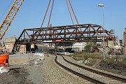 První celosvařovaný ocelový most z roku 1931 snesl speciální autojeřáb na zem. Historický most dlouhý 50 metrů s hmotností asi 170 tun musel ustoupit rekonstrukci železniční trati Plzeň - Domažlice - SRN. Most bude sloužit i dál jako lávka pro cyklisty na