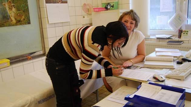 Pavlína Herinková podepisuje darovací smlouvu v chirurgické ambulanci stodské nemocnice.
