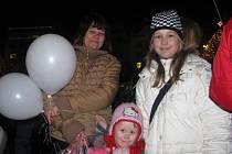 Karolínka (uprostřed) a Adélka Wilhelmovy s maminkou