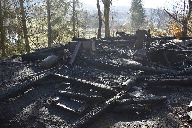 Požár v Poleni na Klatovsku, při němž zemřel starší muž. Z objektu téměř nic nezbylo.
