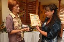 Majitelka restauraci Lesní zátiší Jana Podaná (vpravo) přebírá prestižní certifikát z rukou zástupce Deníku Heleny Mikešové