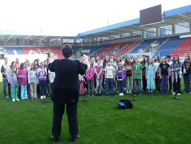 Dětský pěvecký  sbor Mariella při nácviku zpěvu hymny na stadionu ve Štruncových sadech
