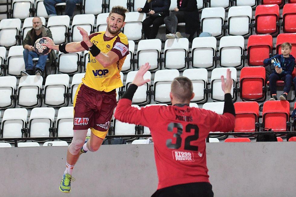 Jan Blecha (ve žlutém) házenkářsky vyrůstal v Plzni, ale už čtvrtou sezonu hraje za Duklu Praha.