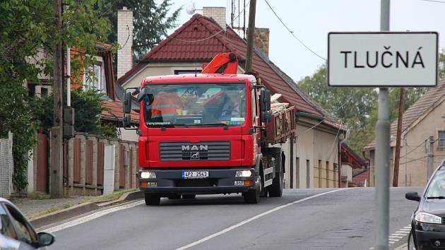 Silnice II/203 v Tlučné ve směru od Vejprnic.