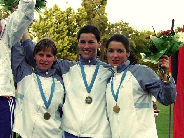 Po bronzu ze soutěže družstev na mistrovství Evropy do 21 let v Budapešti si česká trojice ve složení Natálie Dianová, Lenka Bílková a plzeňská Barbora Kodedová (zprava) přivezla z ME do 18 let ještě stříbro ze závodu družstev a bronz ze soutěže štafet