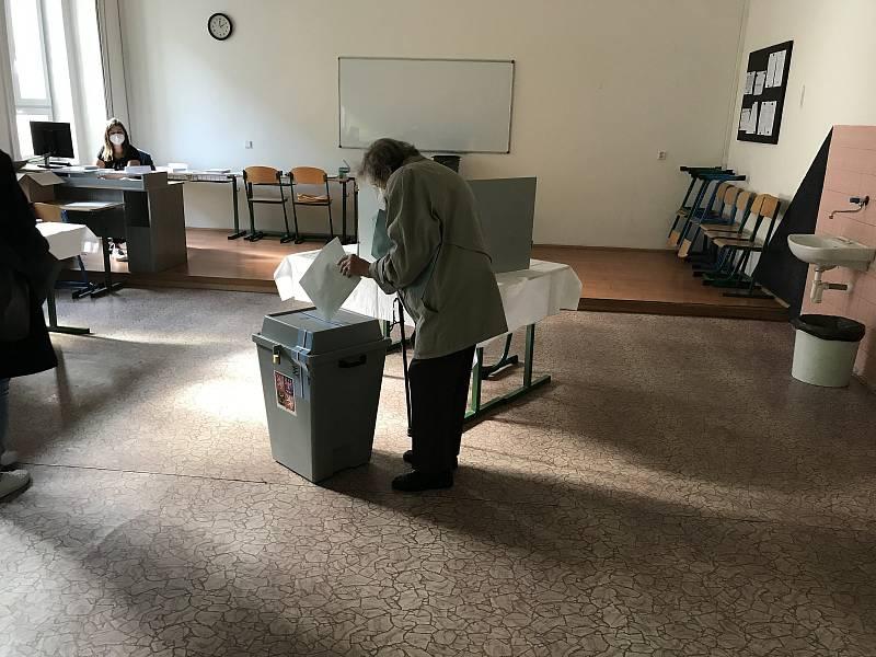 Sněmovní volby 2021 v Tylově ulici v Plzni.