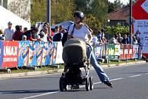 Na trať bruslařského závodu vyrazily v neděli i maminky s kočárky.