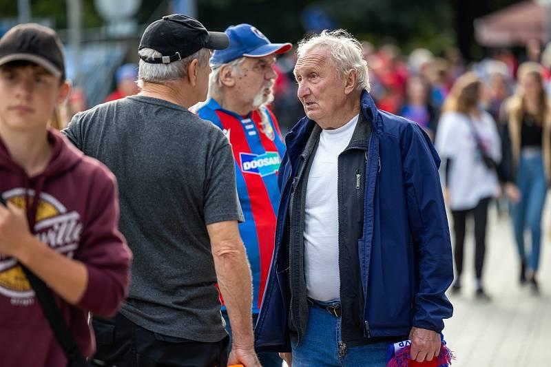 Ivan Bican, střelec gólu na Bayernu Mnichov v živé diskusi. V pozadí za ním v dresu známý fanoušek Petr Lindmajer.