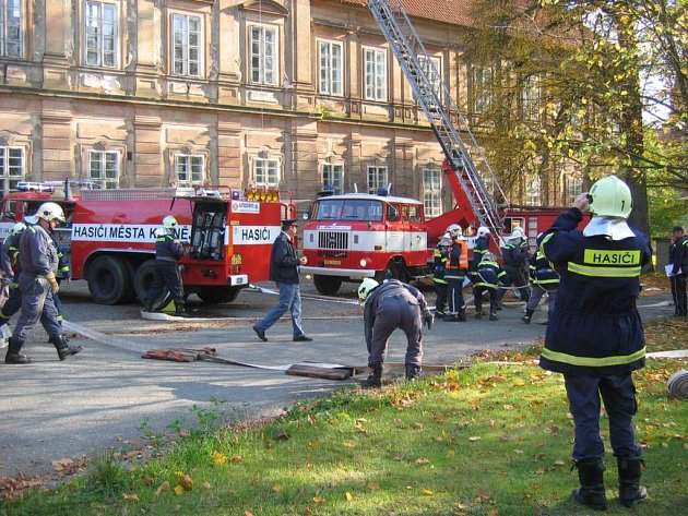 K plaskému klášteru se sjelo několik hasičských jednotek z města i jeho okolí, aby si nacvičily zásah v jeho prostorách