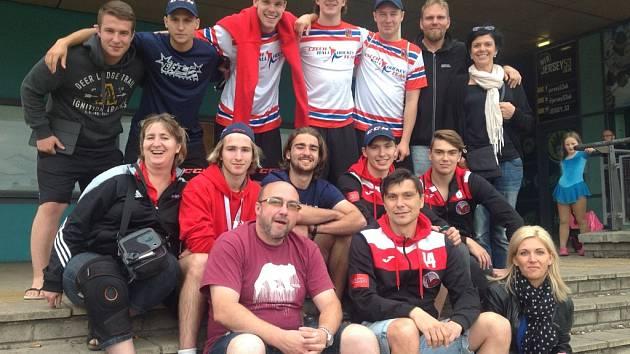 Hokejbalový klub Snack Dobřany může být právem hrdý, neboť na nedávno skončeném mistrovství světa v anglickém Sheffieldu měl hned pětičlenný zástup hráčů. S týmem do Anglie odcestovali i fanoušci z řad rodičů či ostatních hráčů týmu