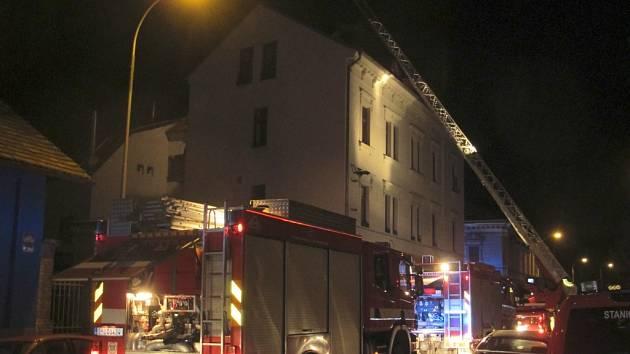 Krátce po půlnoci vyjížděli hasiči k požáru střechy třípatrové budovy v Křižíkově ulici.