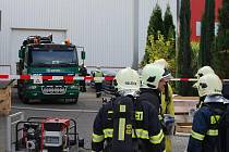 Směs kyseliny dusičné a fluorovodíkové poškodila cisternu a padesát až sto litrů z ní pak uniklo ven. Dva pracovníky látka poleptala na rukou