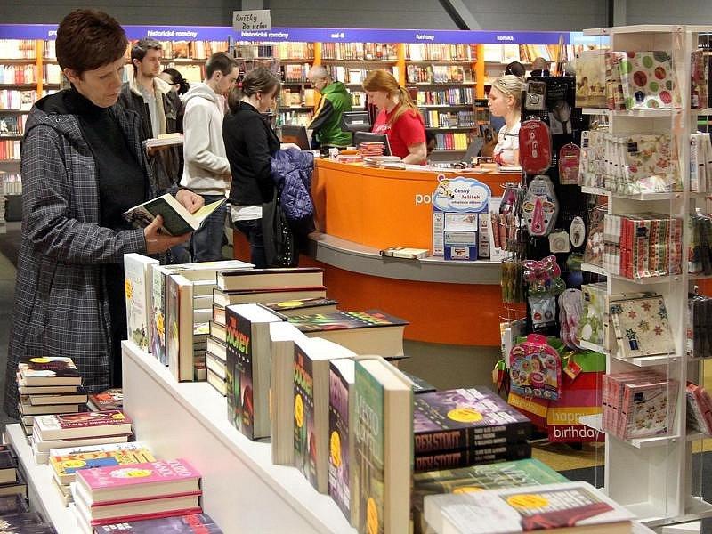 Hodně lidí nakupovalo knihy.