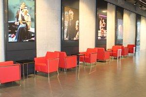 Nová červená kožená křesla jsou umístěna ve foyer Nového divadla.
