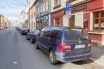 Parkování v Husově ulici v Plzni poslední den před zpoplatněním