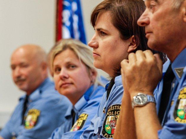 Třináct strážníků a strážnic městské policie spravuje od září  své rajony. Jde o lidi s dlouhou praxí, na  jejich dosavadní místa nastoupili nováčci