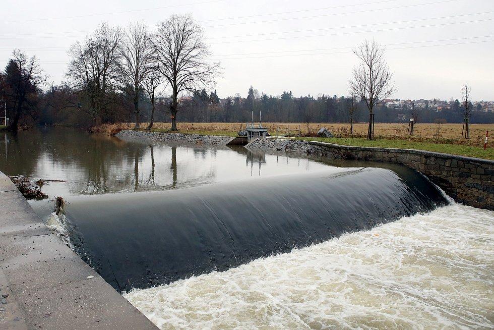 zvednutá hladina řeka Úhlava Hradiště jez