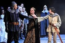 Richard Haan jako rytíř Dunois, Ivana Veberová v postavě Agnes Sorel aJana Tetourová v titulní roli Johanky z Arku na plzeňské scéně v opeře Panna orleánská.