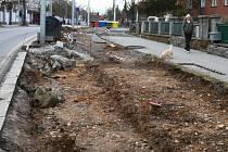 Vzniknou v ulici Edvarda Beneše  nová parkovací místa  nebo  tu porostou znovu stromy? Rozhodnout musí magistrát