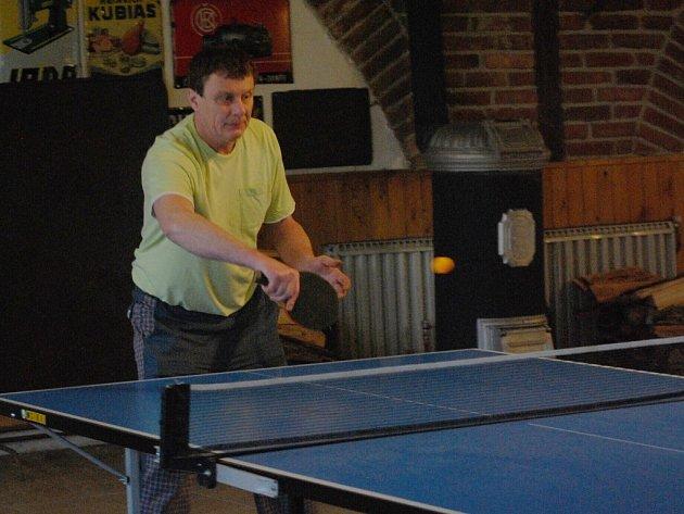 Poměřit si své herní kvality s protihráči přišel na turnaj ve stolním tenisu i Petr Görges (na snímku), do závěrečných vyřazovacích bojů však nepostoupil