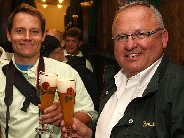 Český olympionik Tomáš Kraus (vlevo) si při včerejší exkursi v plzeňském pivovaru přiťukává  s vrchním sládkem Václavem Berkou