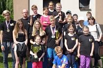Závodníci Kralovic s trofejí za vítězství v soutěži kolektivův seriálu Českého poháru 2015