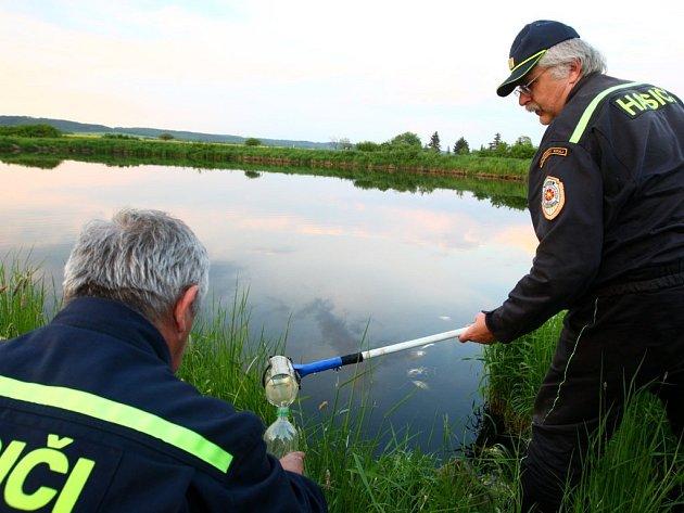 Hasiči odebírají vzorky kontaminované vody