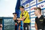 Oslava vítězství. Martin Boubal na stupních vítězů poté, co ovládl druhý díl seriálu cyklistických kritérií v Plzni, čímž se dostal do čela průběžného pořadí Giant ligy.