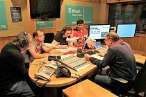 Herci z Pluta v rozhlasovém studiu.