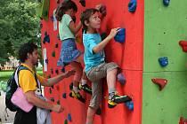 Sporty nanečisto. V olympijském parku si na své přijdou hlavně děti, sportovní disciplíny si ale mohou vyzkoušet i dospělí. Díky teplému víkendovému počasí byl tentokrát zájem i o paddleboarding (snímek vlevo), při němž je důležitá hlavně rovnováha.