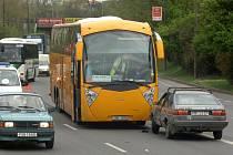 Nehoda autobusu a osobního vozu v Tyršově ulici