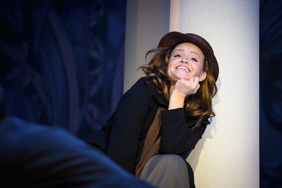 Po devatenácti letech od uvedení posledního zpracování se do repertoáru plzeňského Divadla J. K. Tyla vrací oblíbený muzikál My Fair Lady. Na snímku Charlotte Režná v hlavní roli Lízy Doolittleové.