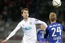 Tomáš Hořava  spasil Viktorii Plzeň, když jediným gólem rozhodl o výhře Západočechů na svým bývalým klubem. Na snímku je vlevo v souboji s olomouckým Petrem Ševčíkem.