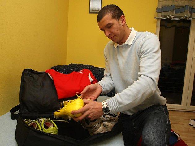 Věci potřebné na cestu do Španělska si včera chystal i mladý útočník FC Viktorie Plzeň Dominik Mandula. Pro sedmnáctiletého talentovanmého forvarda západočeského klubu je v jeho fotbalové kariéře první velký zájezd s prvoligovým mužstvem