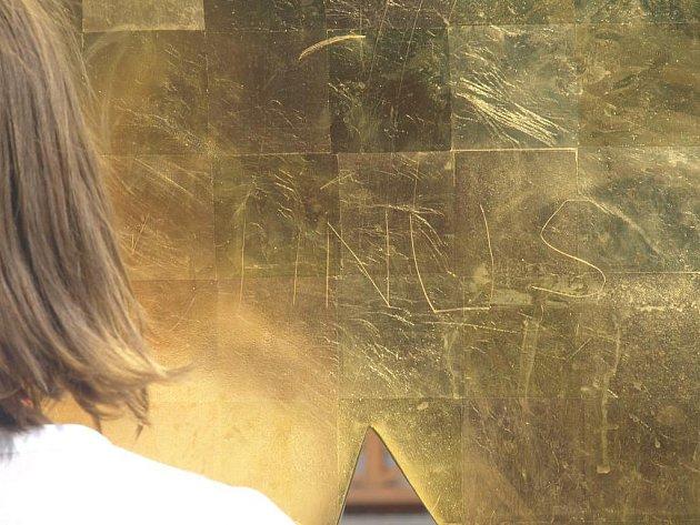 Na nových kašnách se hned po několika dnech objevily vyškrabané nelichotivé nápisy a obrazce