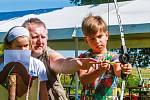 Děti si na sobotní akci vyzkoušely střelbu z luku.