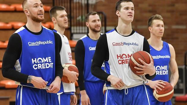 Trénink basketbalové reprezentace. Zleva Šimon Puršl, Martin Peterka, Martin Kříž, Luboš Kovář a Tomáš Vyoral v Nymburku na tréninku českého národního týmu.
