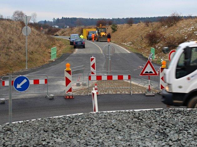 Stavba okružní křižovatky na nebezpečném úseku silnice mezi Plzní,Letkovem aStarým Plzencem, finišuje
