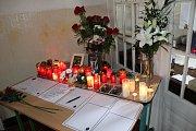V plzeňské obchodní akademii, kterou vrah i jeho oběť navštěvovali, již vzniklo pietní místo s květinami a svíčkami, kde učitelé i spolužáci píší mrtvé Terezce vzkazy do nebe.