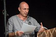 Daniel Landa během autorského čtení v Blovicích
