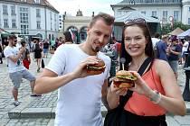 Burger street festival na nádvoří Plzeňského Prazdroje.