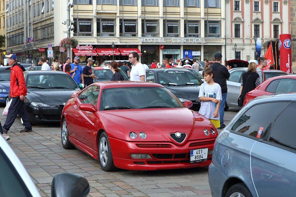 Sraz automobilů značky Alfa Romeo na náměstí Republiky v Plzni.
