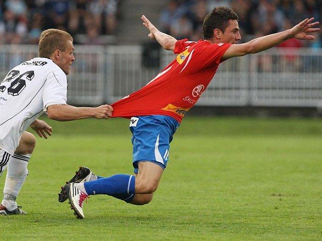 Mně neutečeš, rozhodl se hradecký záložník Roman Fischer a rychlonohého Milana Petrželu z Viktorie Plzeň chytil pro jistotu za dres. Trestu ale za svůj nedovolený zákrok neunikl, vyfasoval žlutou kartu. Plzeň vyhrála na východě Čech zaslouženě 3:0.