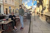 Milanka Markovičová z vinárny Na břehu Rhôny při obsluhování zákazníků na předzahrádce.