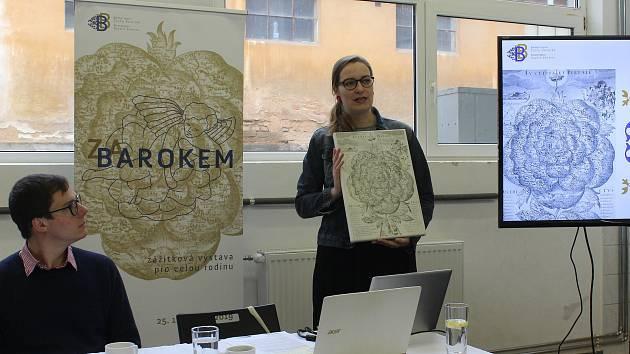 Kristýna Jirátová ukazuje, že symbolem výstavy Za barokem bude tak zvaná Rosa Bohemica aneb zobrazení mapy českých zemí v podobě srdce. Jde o ilustraci jedné z knih jezuity a barokního historika Bohuslava Balbína.