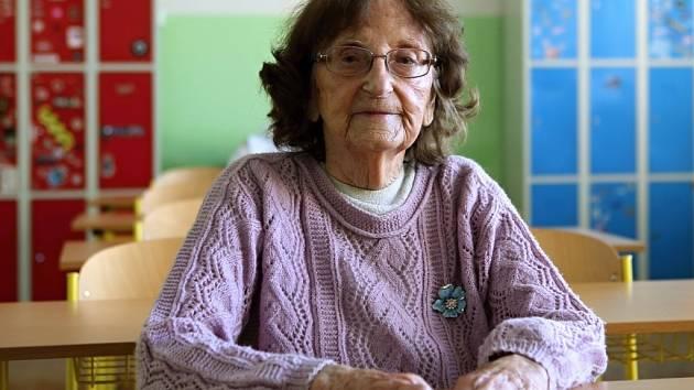 Božena Dlouhá maturovala na plzeňském gymnáziu na Mikulášském náměstí v roce 1939.